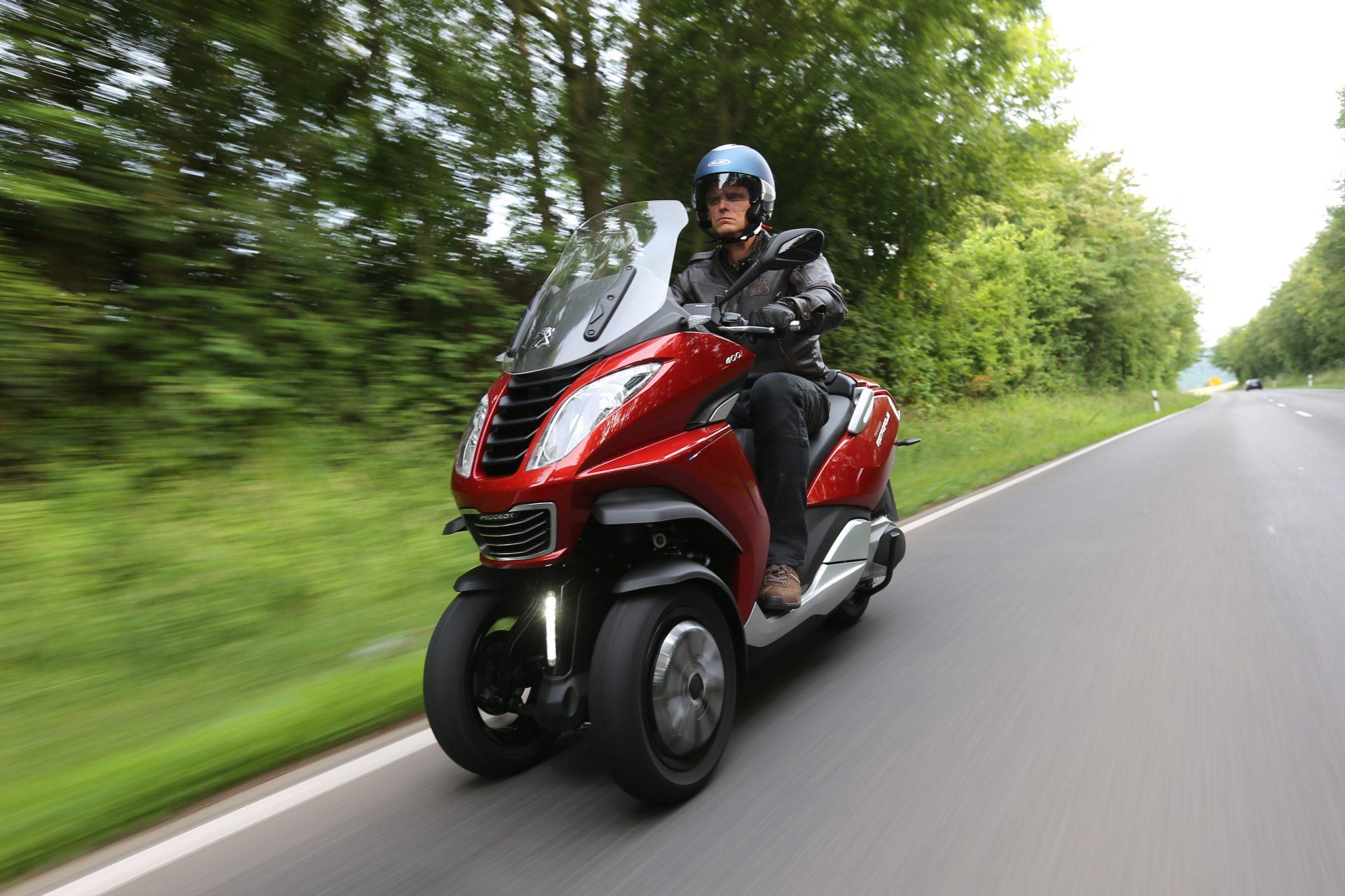 Nicht nur in S-Kurven besticht ein solches Drei-Rad-Gefährt durch gute Straßenlage und hohe Laufkultur. Der Vorzug der zweifachen Vorderradführung mit doppelter Reifenaufstandsfläche ist die bessere Übertragung der Brems- und Führungskräfte auf den Asphalt. Foto: Peugeot Scooters Deutschland / TRD mobil
