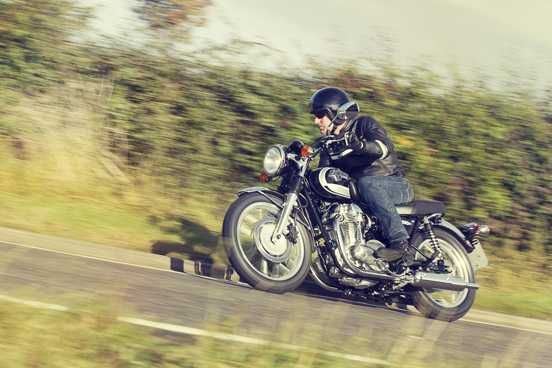 Motorrad fährt bergauf