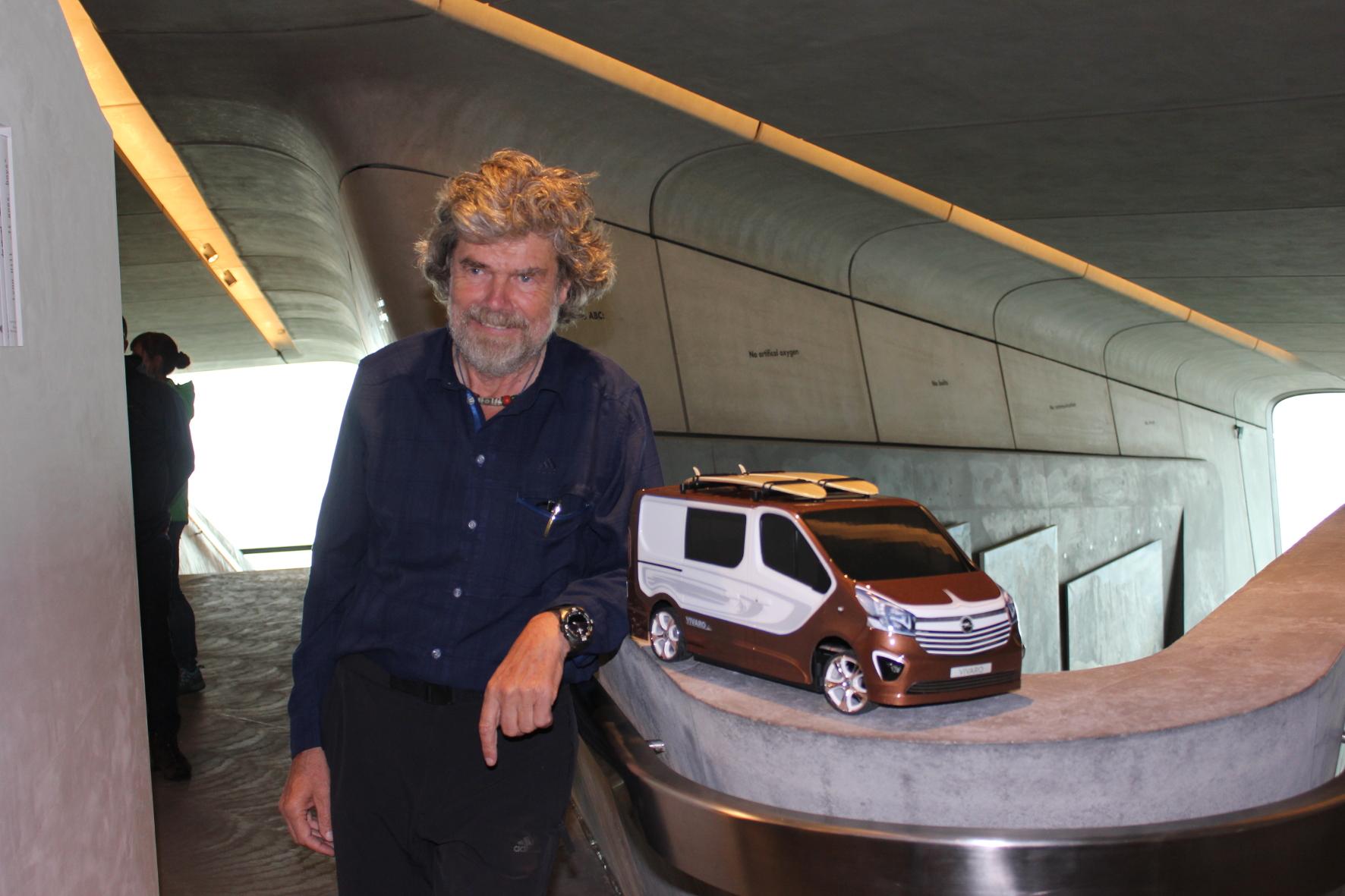 Reinhold Messner ist ein Weltstar. Wo auch immer der berühmteste Bergsteiger der Gegenwart auftaucht, drehen die Menschen sich um, bitten um ein Autogramm oder machen Selfies. Und der Südtiroler hat deutlich mehr drauf, als auf Gipfel zu klettern. Reinhold Messner ist Umweltschützer, Politiker und Kulturmensch. 2015 hat er bereits das sechste Museum eröffnet. Foto: Thomas Schneider/mid / TRD kultur