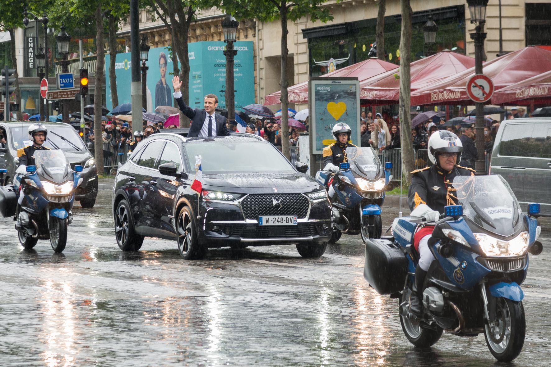 Die französische Staatskarosse mit Präsident Macron.