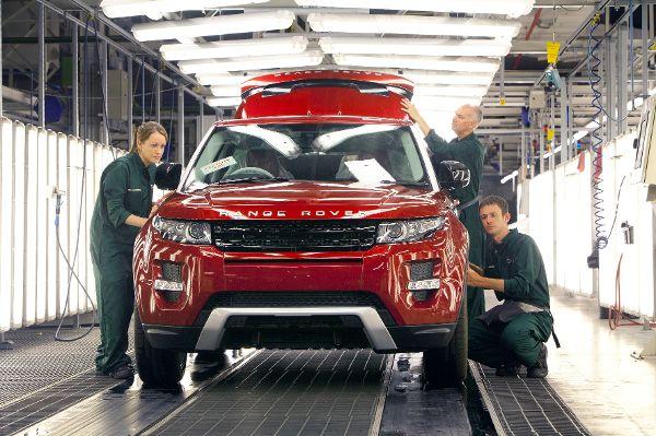 Arbeiter in der Autoindustrie am Band