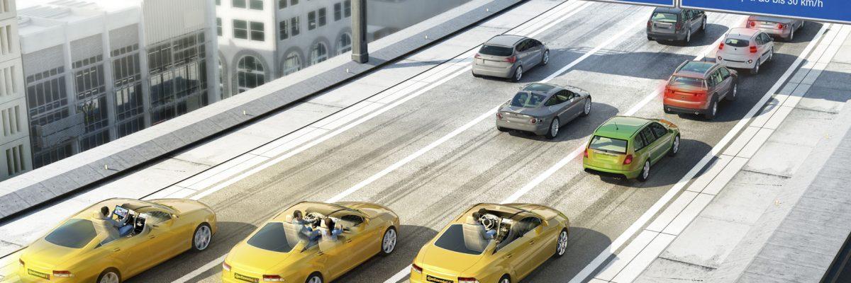 Befahrene Autobahn mit blauen Schildern. Jede Spur von links nach rechts shat eine Spur-Einteilung in Vollautomatisiert, Hochautomatisiert, Teilautomatisiert
