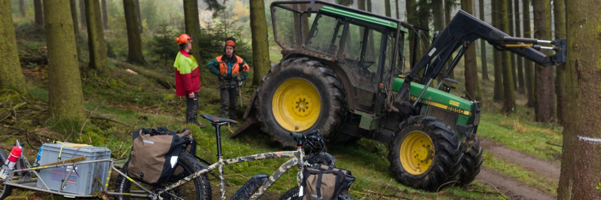 E-Bike vor Tranktor im Wald.