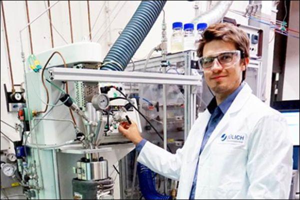Wissenschaftler Holger Jorschick an der Laboranlage zur chemischen Wasserstoffspeicherung am Helmholtz-Institut Erlangen-Nürnberg für Erneuerbare Energien. © Forschungszentrum Jülich / C. Heßelmann/ TRD Technik