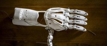 Helle Hand Prothese auf dunklem Untergrund aus 3D Drucker