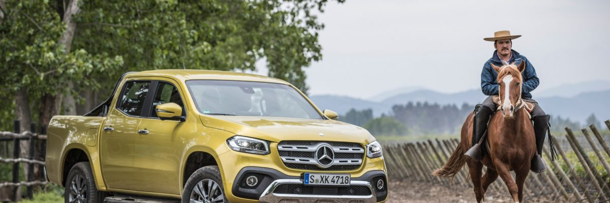 Mercedes Pick up im Gelände.