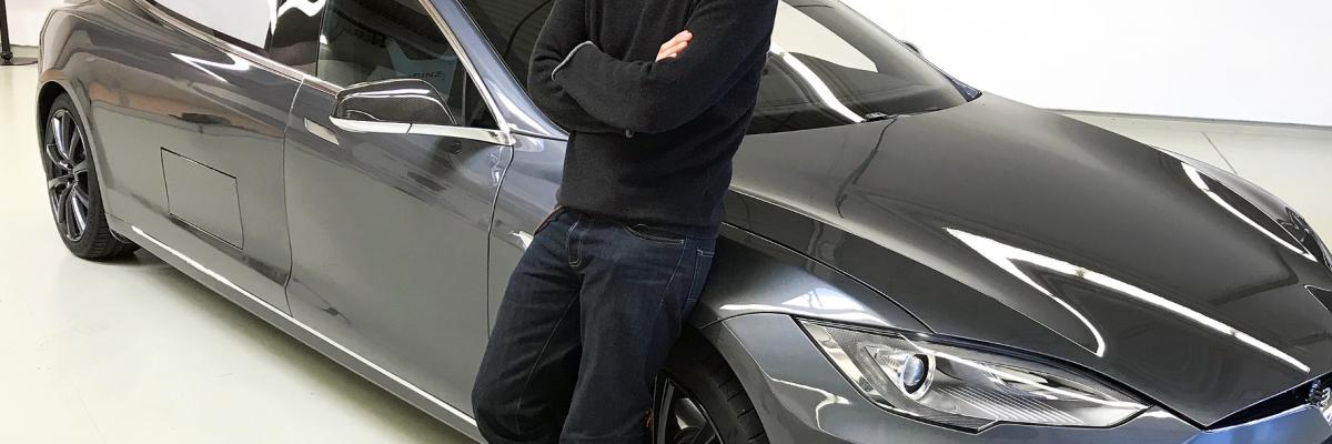 """Rennfahrer Helge Thomsen präsentiert in seiner Motor-Sendung """"Grip"""" einen Leichenwagen, der auf dem Tesla Model S basiert. © RTL II/ TRD Blog"""
