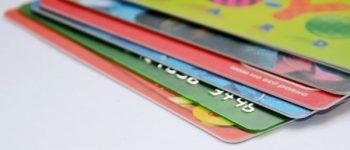 6 verschiedene Scheckkarten übereinander.