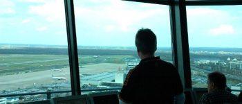 Fluglotsen schauen auf die Rollbahn