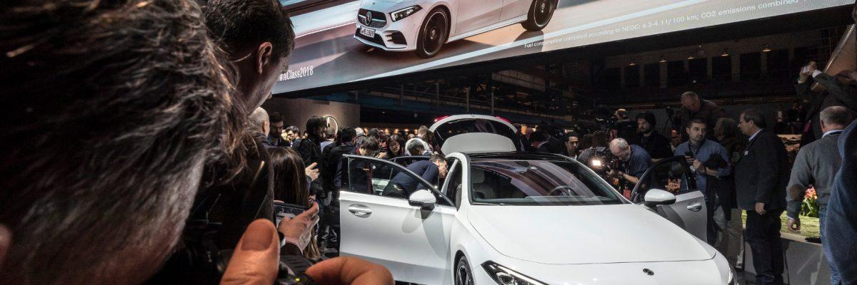 Neue Mercedes A Klasse wird auf Messe fotografiert.