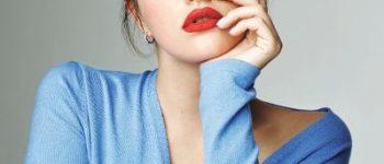 Nachdenkliche Frau mit roten Lippen