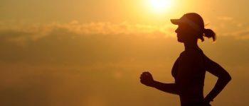 Frau läuft in der Sonne.