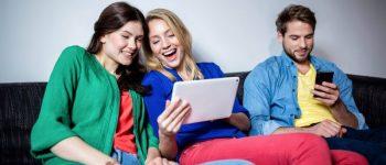 Fernsehabende in der WG sind out. Wer Unterhaltung sucht, klappt heute eher das Notebook auf oder nutzt Tablet beziehungsweise Smartphone. © Congstar /TRD Wohnen