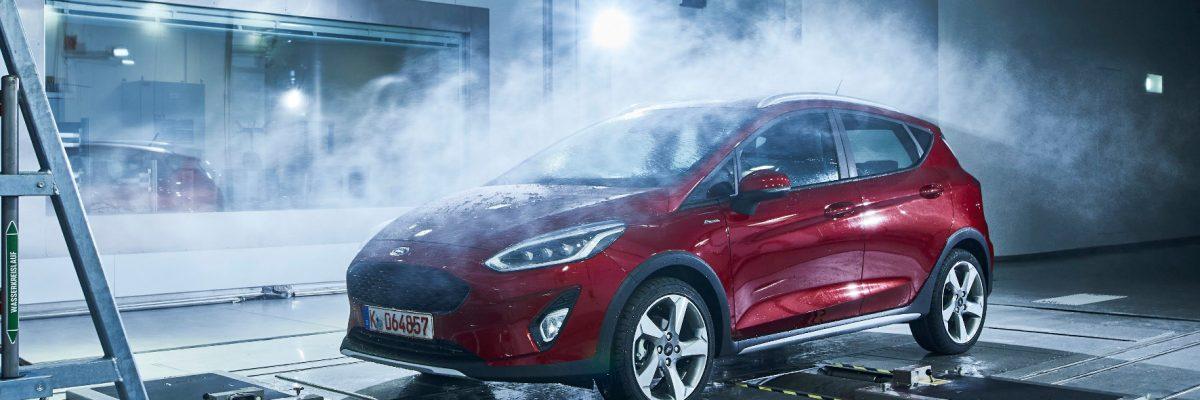 Auto in der Regenkammer eines Herstellers.