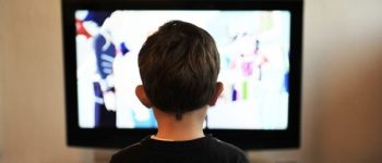 Kind vor Bildschirm