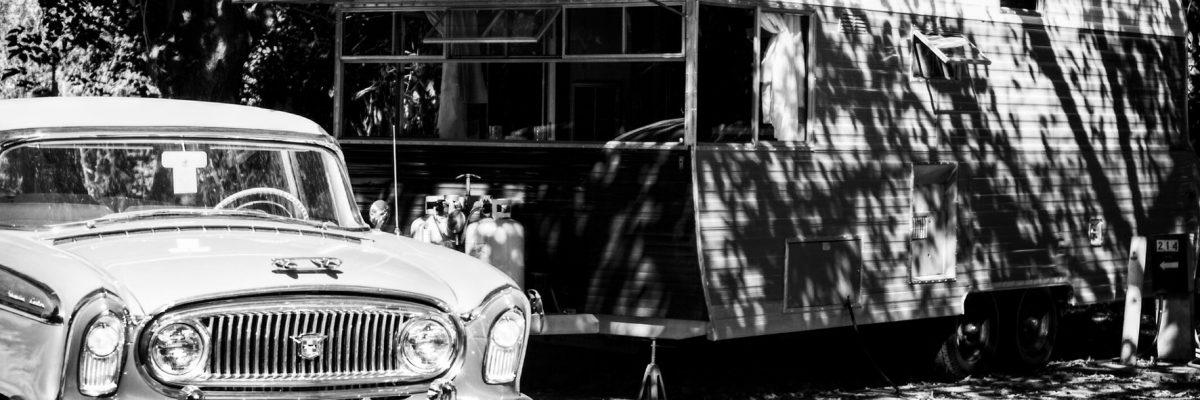 Alter Caravan und Zugfahrzeug