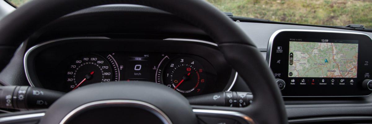 Kontrastreiche Instrumente und ein nach oben gesetztes Info-Display geben klare Informationen an den Fahrer weiter. © Fiat/ TRDmobil© Fiat/TRD mobil