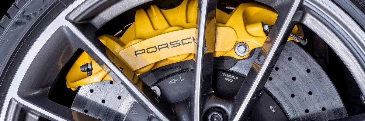 Gelbe Bremssättel verraten die optionalen Keramikbremsen. © Porsche/TRD mobil