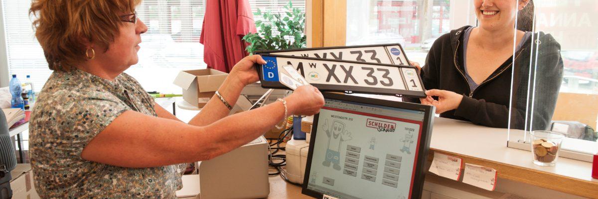 """Der Begriff """"eVB-Nummer"""" gilt als Abkürzung für die""""elektronische Versicherungsbestätigung"""". Diese Versicherungsbestätigung wird anhand eines siebenstelligen Codes ausgegeben und wird immer benötigt, wenn ein Auto bei der Zulassungsbehörde angemeldet wird. Sie ist ein anerkannter Versicherungsnachweis ohne die sonst keine Anmeldung möglich ist.  © ADAC/ TRDmobil"""