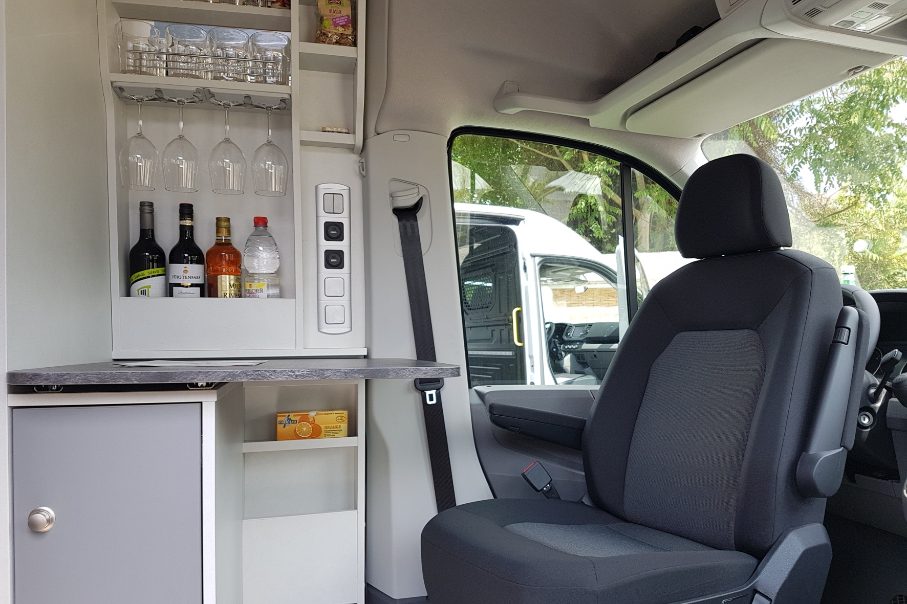 - Die Minibar im Schwabenmobil von HRZ-Reisemobile. © Jutta Bernhard / mid / TRD mobil