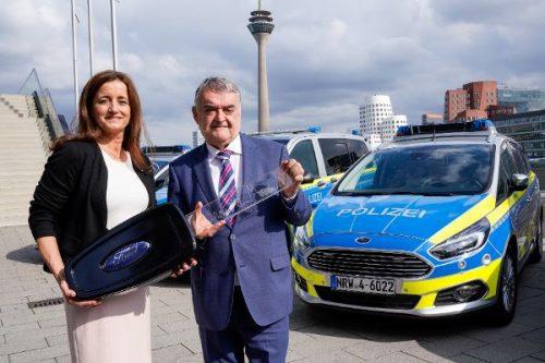 Schlüsselübergabe: In NRW fährt die Polizei bald Ford. Nordrhein-Westfalens Innenminister Herbert Reul hat jetzt die Schlüssel von fünf S-Max entgegengenommen, die künftig im Polizei-Einsatz sind. © Ford/ TRD mobil