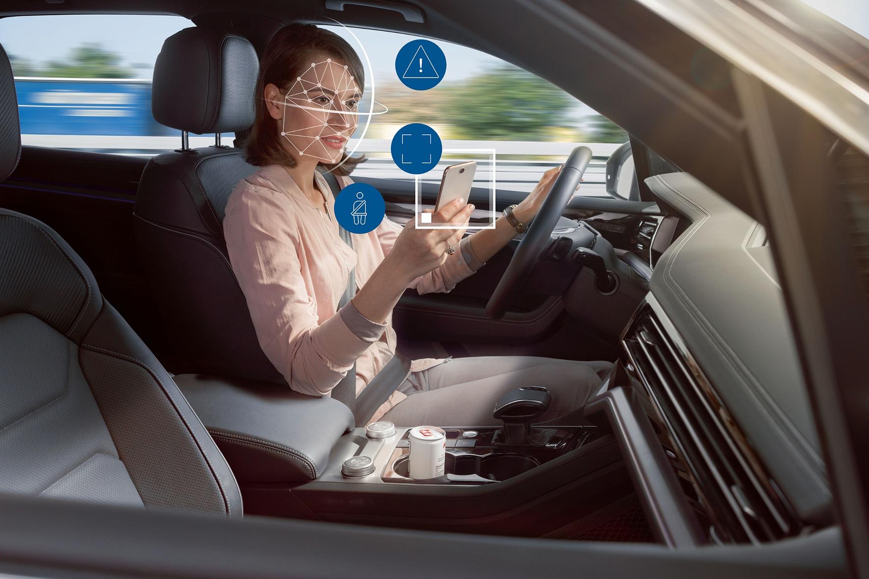"""Vertrauen ist gut, Kontrolle ist besser: Der Kamera entgeht nach """"chinesischem Vorbild"""" der Blick der Fahrerin aufs Smartphone nicht und es gibt sicherlich dafür auch keine Bonuspunkte. © Bosch / TRD mobil"""