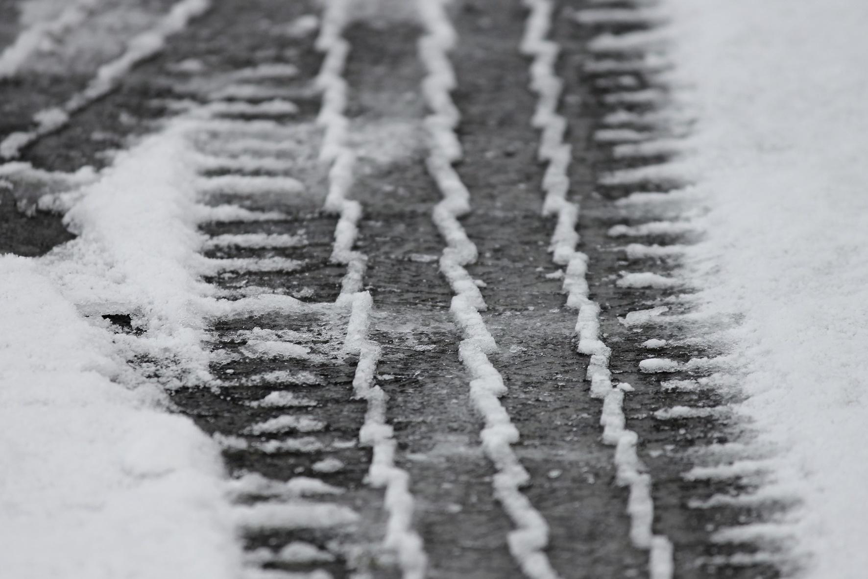 Spuren im Schnee: Mit Winterreifen sind Autofahrer auf der sicheren Seite. Sie müssen aber auch das den Gummis zugeordnete Tempolimit beachten. © Coduka/ TRD mobil