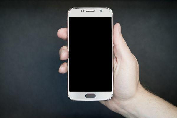 Wenn Smartphones, wie in diesem untersuchten Fall, Sicherheitslücken aufweisen und vom Hersteller nicht mehr mit Updates versorgt werden, sind sie eine Gefahr für Verbraucherinnen und Verbraucher. © Pixabay / TeroVesalainen / TRD Recht und Billig