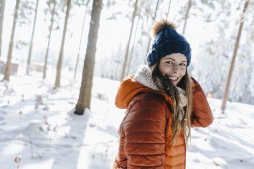 Mädechen mit Mütze im Winter im Wald.