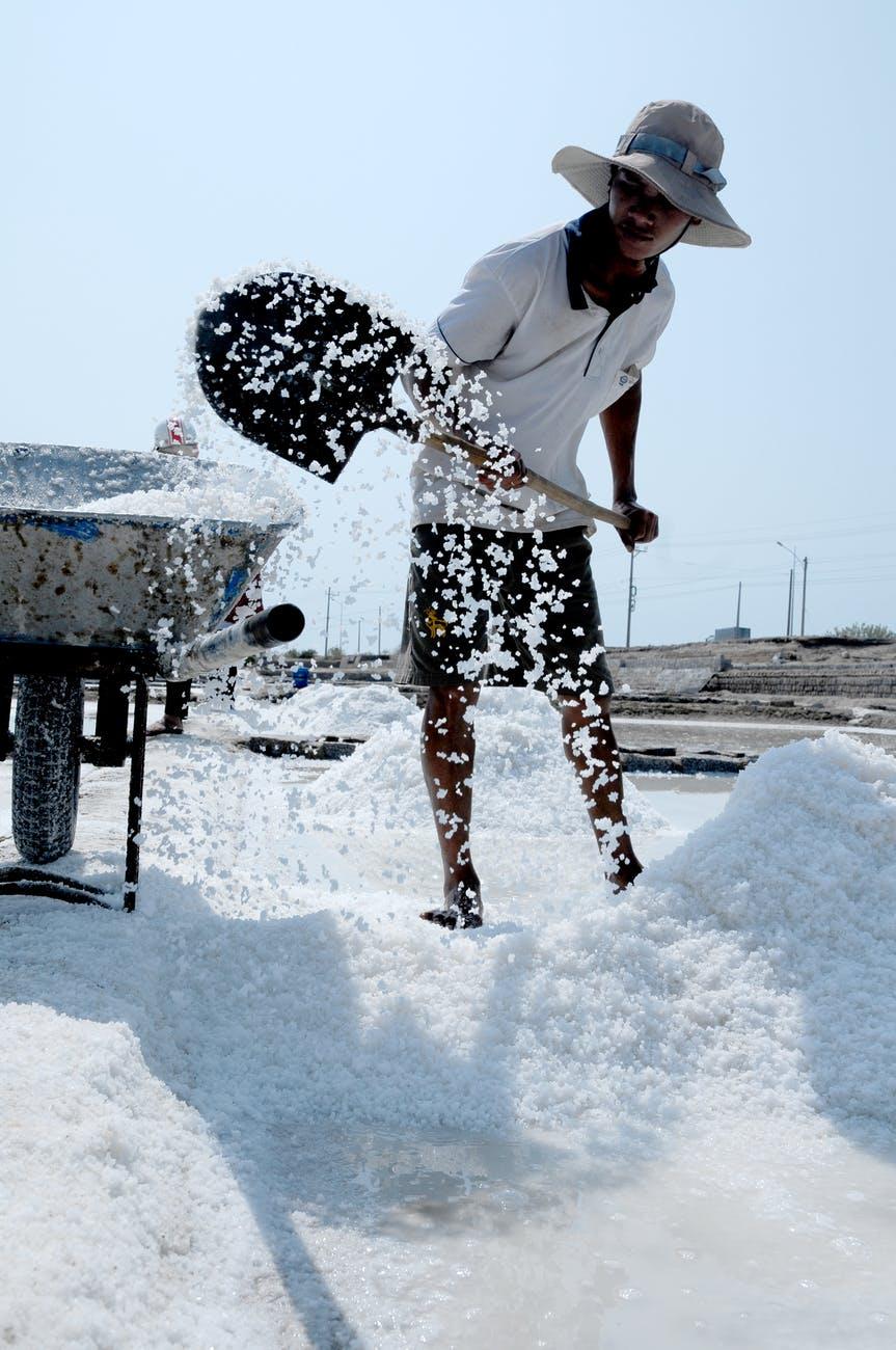 Salz macht bekanntlich durstig, richtig? Falsch, sagt jetzt eine aktuelle Untersuchung, die sich auf Erkenntnisse aus der Raumforschung stützt. Medical Press / TRD Photo by Đá Cuội on Pexels.com
