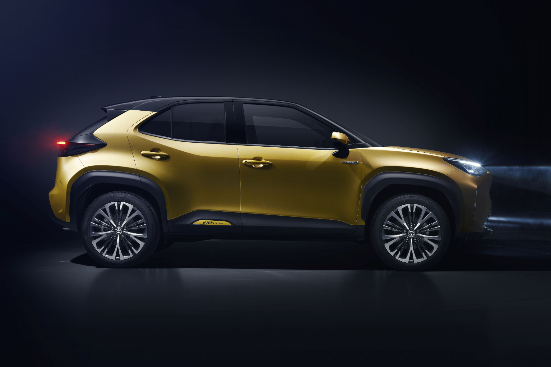 Seitenansicht Toyota Yaris vor dunklem Hintergrund.