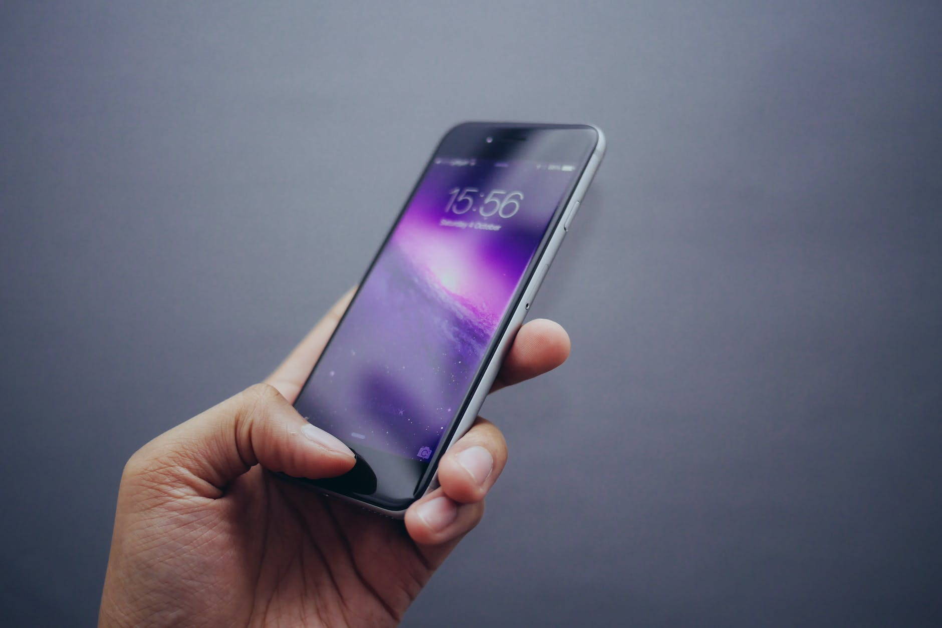 Smartphone mit Uhrzeit 15:56 H