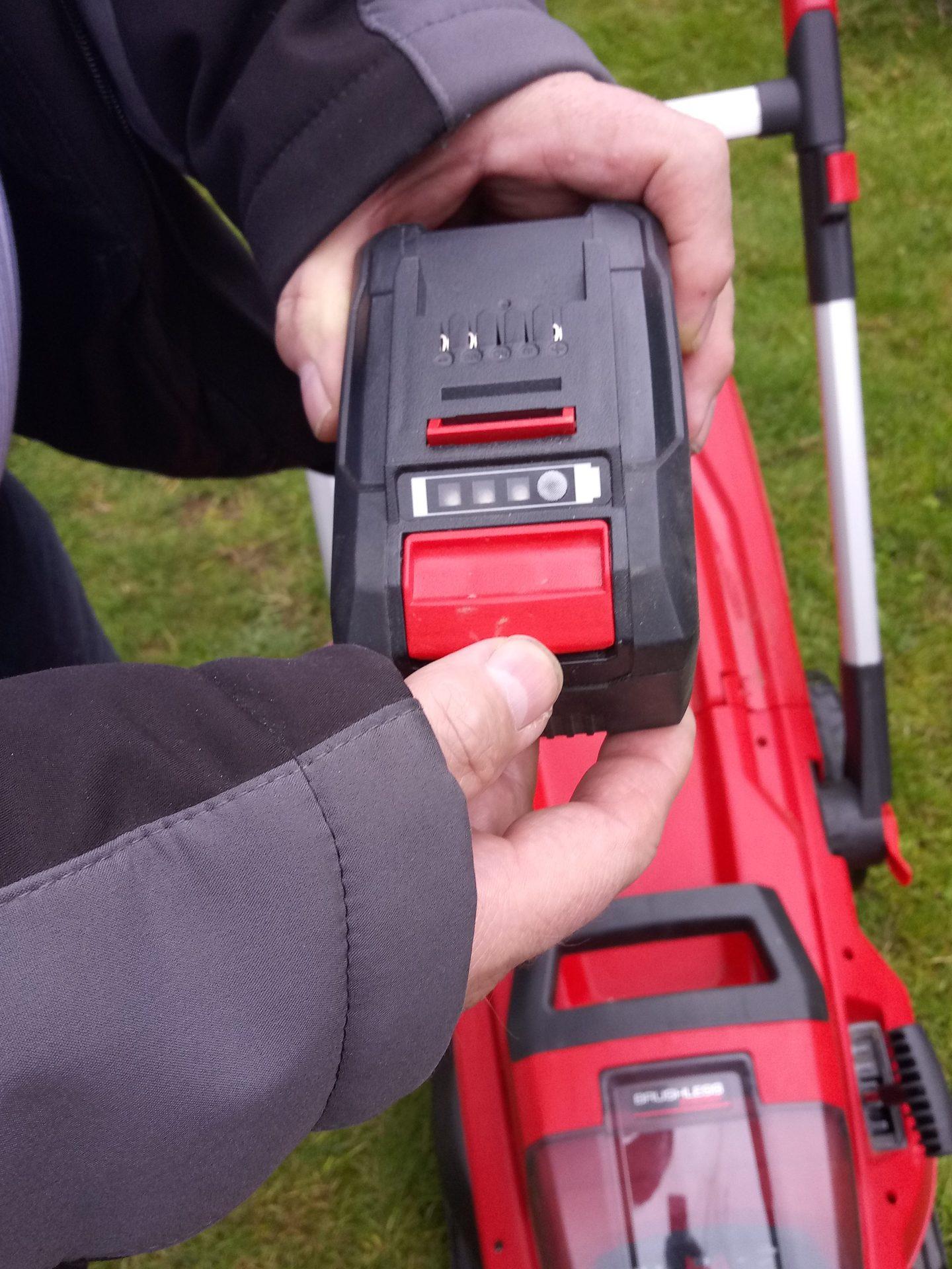 Die Akkus sind handlich und leistungsfähig. Sie lassen sich in allen Geräten und Werkzeugen der Systemreihe des Herstellers einfach einsetzen. Foto: TRD Redaktionsbüro