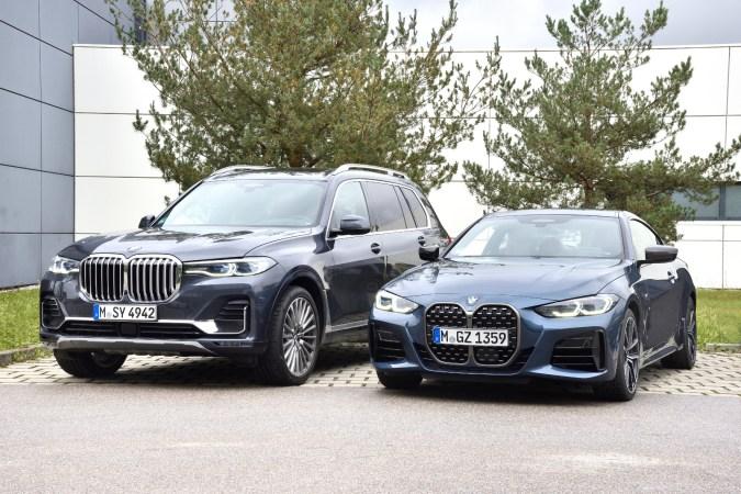 Ungleiche Brüder: BMW X7 ((links) und M440i, beide mit Sechszylinder-Motor hinter der wuchtigen Niere. © BMW