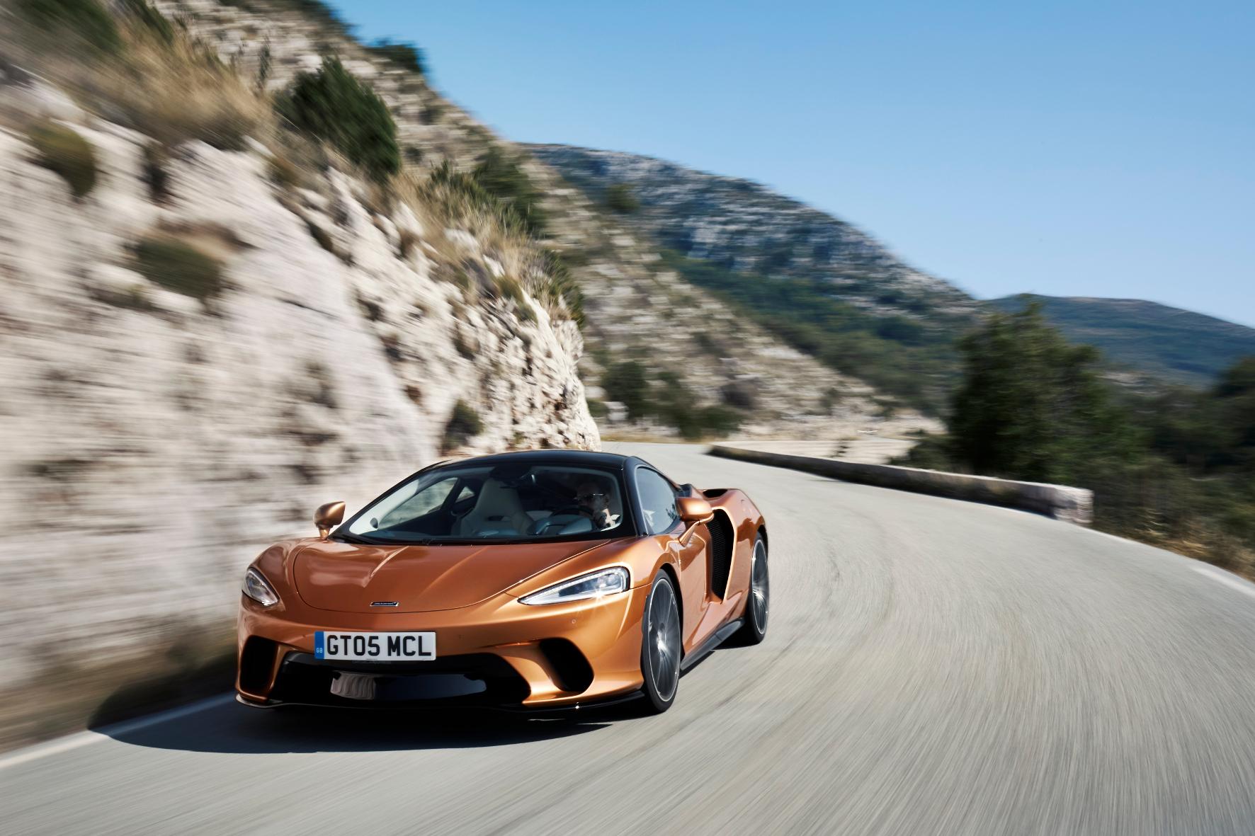 - Kurvenräuber in Gold. Der McLaren GT ist ein klassischer Superportwagen mit niedrigem Schwerpunkt und perfekter Gewichtsverteilung. © McLaren
